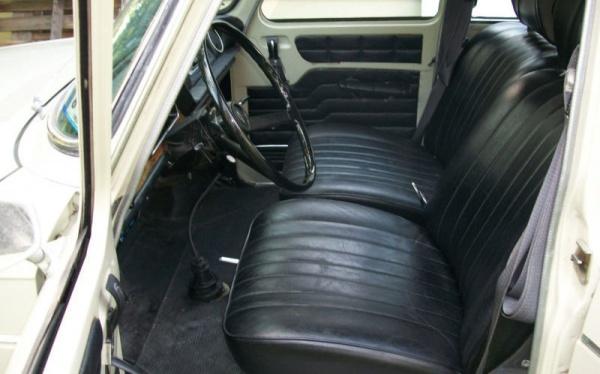 1971-Renault-R-10-interior