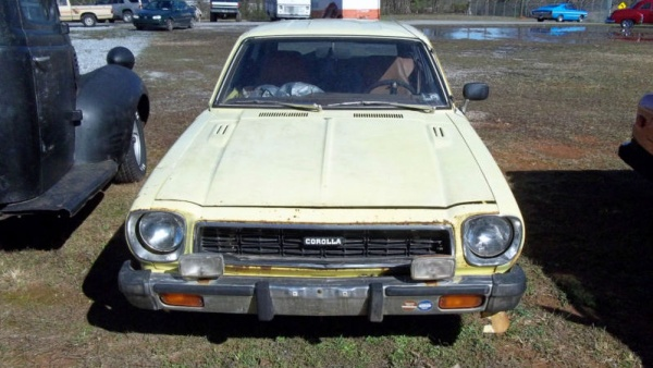 mysterious-1976-toyota-corolla-front-end