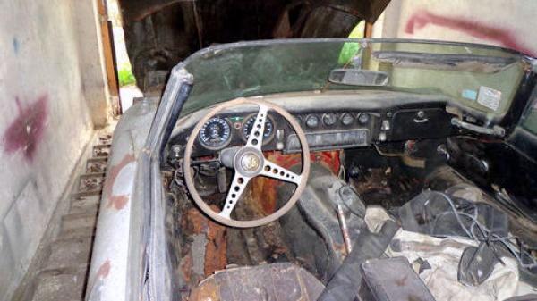 garage-cat-1969-jaguar-e-type-interior