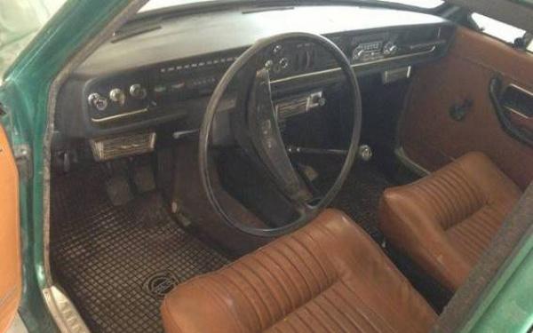 1968-Volvo-144s-interior