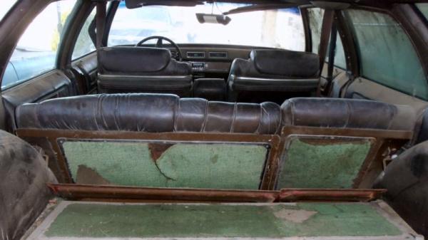 big-luxury-1975-cadillac-fleetwood-estate-interior