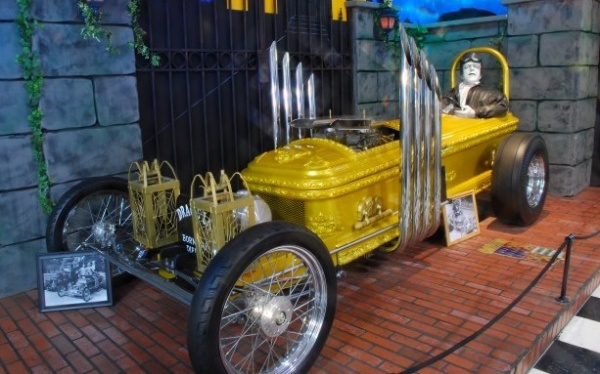 munsters-coffin-car