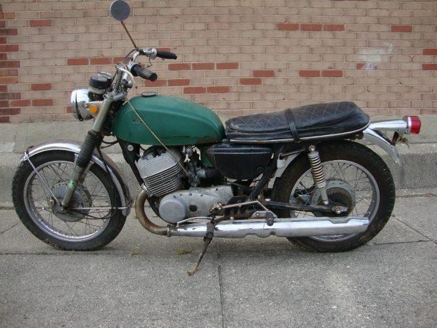 061316 Barn Finds - 1969 & 70 Suzuki T500 Titans - 4